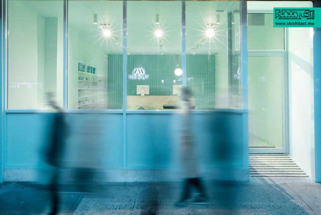 طراحی داروخانه مدرن با بهره گیری از رنگ آرامش بخش فیروزه ای در سالن انتظار