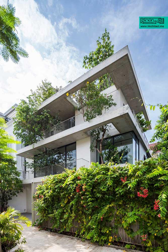 خانه با گیاهان انباشته در نما
